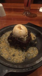 brownie_de_chocolate_con_helado_de_vainilla
